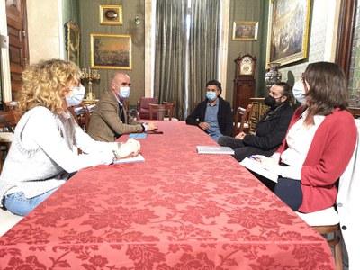 El Gobierno municipal ratifica su compromiso con la Bienal de Flamenco en un encuentro con representantes de Unión Flamenca