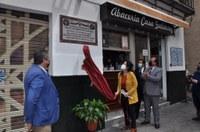 El Ayuntamiento instala un azulejo cerámico en el barrio de la Feria del Distrito Casco Antiguo para rememorar la inclusión de este enclave en varias de las obras de Cervantes