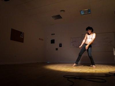 El intérprete y director Juan Luis Corrientes sube al escenario de Factoría Cultural el proceso de investigación 'Constante atardecer/Everlasting dusk